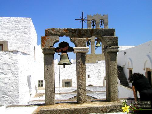 사도요한기념교회지붕.jpg